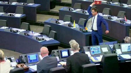 Strasburgo, show del leghista Ciocca: lancia cioccolato turco verso la presidenza. La reazione è durissima
