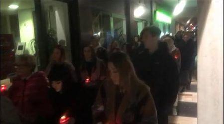 Schianto dei fidanzati a Castelfranco, fiaccole per Giulia e messaggi a Alberto «Siamo con te»