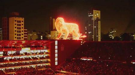 Argentina, sugli spalti cammina un leone enorme: la presentazione dello stadio è da brividi