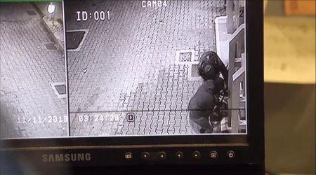 I banditi in azione contro la cassa della stazione di benzina