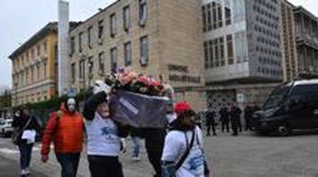 """Embraco, il corteo funebre dei lavoratori: """"I nostri sogni sono morti"""""""