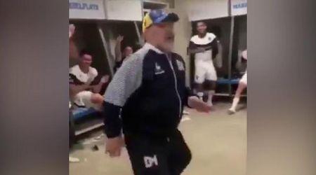 Argentina, Maradona festeggia la vittoria del Gimnasia ballando nello spogliatoio