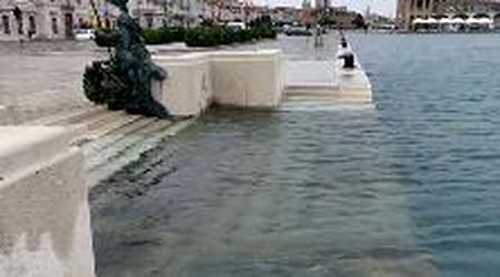 Allerta meteo a Trieste: l'acqua alta sommerge la Scala reale