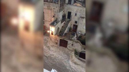 Maltempo, le strade tra i Sassi di Matera diventano fiumi