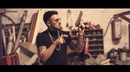 Bari, nel videoclip del cantante neomelodico pistole e raid in scooter stile Gomorra: aperta inchiesta