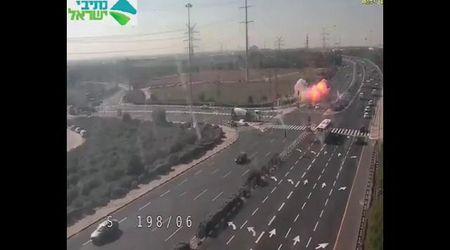 Israele, razzo sull'autostrada: la telecamera cattura il momento dell'esplosione