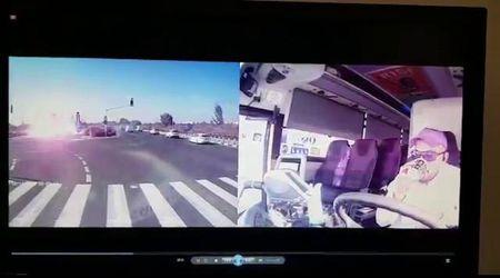 Israele, razzo sull'autostrada: l'esplosione ripresa dall'autista del bus