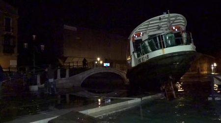 Venezia, vaporetto scaraventato a riva