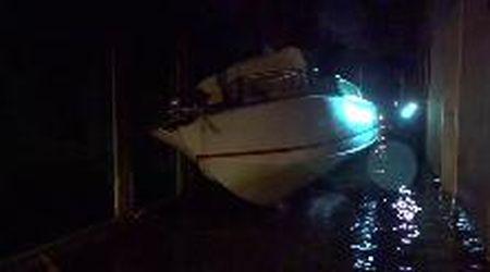 Maltempo, acqua alta a Venezia: imbarcazioni e gondole incastrate tra i palazzi
