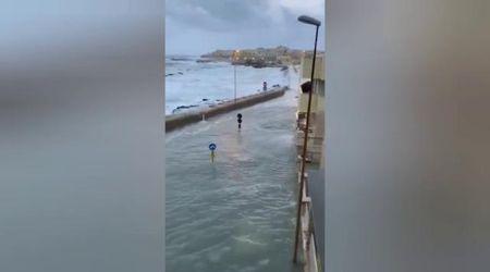 Maltempo, il lungomare di Gallipoli invaso dal mare: le onde spingono l'acqua anche nei vicoli