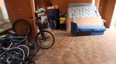 Una discarica nel cortile di casa in pieno centro a Vigevano