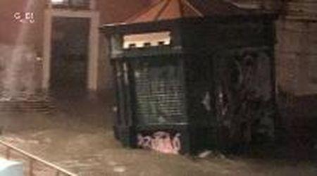 """Acqua alta a Venezia, storica edicola scomparsa. Il proprietario: """"Aiuto, è volata nel canale"""""""