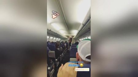 L'aereo sta per decollare, le istruzioni di volo della hostess fanno impazzire i passeggeri