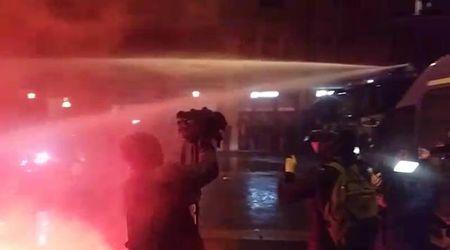 Salvini a Bologna, idranti della polizia sui centri sociali
