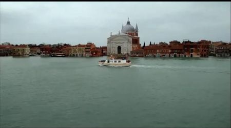 Venezia acqua alta: turisti cinesi in fila per il Catastrophic tourism nella città che boccheggia