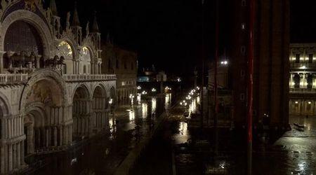 Acqua alta a Venezia, suonano le sirene in attesa del picco di 160 cm