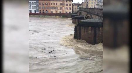 Maltempo in Toscana, l'Arno in piena minaccia Firenze