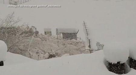 Maltempo in Alto Adige, la valanga sembra un fiume di ghiaccio: così avanza tra le case in val Martello