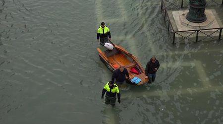 Acqua alta a Venezia, con la barca in piazza San Marco