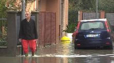 Modena, allagamenti nella zona di via Santi Case e negozi sott'acqua.