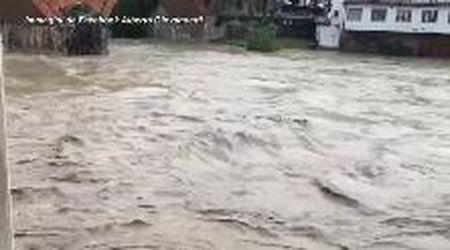 Maltempo in Toscana, il Sieve esonda a Pontassieve: strade e auto sott'acqua