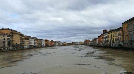 Maltempo Pisa, l'Arno in piena: il fiume dal ponte di Mezzo sembra una cartolina