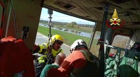 Maltempo a Bologna, coppia di coniugi salvata dai vigili del fuoco con l'elicottero