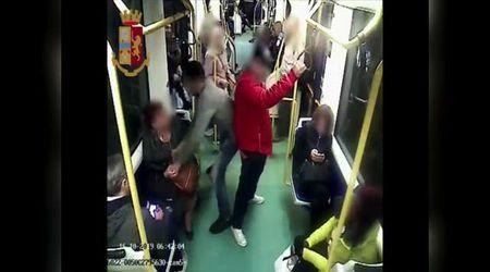 Torino, arrestato il predone degli smartphone: si appostava sul tram in attesa delle vittime