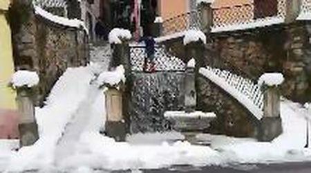 Cuneo, l'antico metodo per togliere la neve dalle strade: si allaga il paese