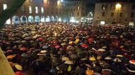 Migliaia in piazza a Modena contro Salvini: le sardine cantano Bella ciao