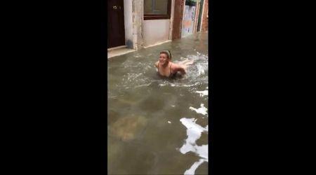 Venezia, si tuffa per scommessa nell'acqua alta
