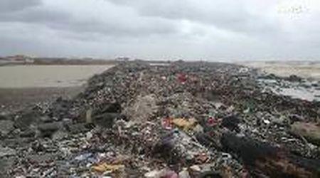 Maltempo, la spiaggia di Fiumicino sommersa dai rifiuti: quintali di plastica sulle scogliere