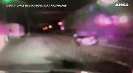 Treno travolge auto sui binari e la scaraventa contro volante della polizia: l'impatto ripreso dalla dashcam