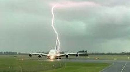 Nuova Zelanda, fulmini sfiorano aereo della Emirates sulla pista d'atterraggio