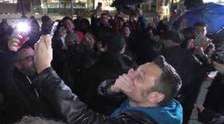 Milano, fan di Tiziano Ferro in coda di notte per il nuovo album, lui li premia con un maxi selfie