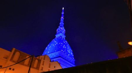 Torino, la Mole Antonelliana illuminata per Natale incanta la città