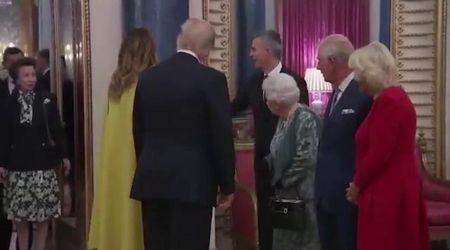 Gb, la regina Elisabetta saluta Trump e invita la figlia a intervenire: lei si stringe nelle spalle