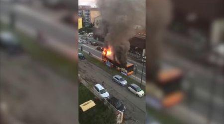 Bus in fiamme a Fidenza, studenti illesi. Il rogo è impressionante