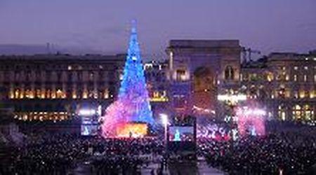 Milano, la spettacolare accensione dell'albero di Natale in piazza Duomo: 80.000 led brillano dopo il countdown