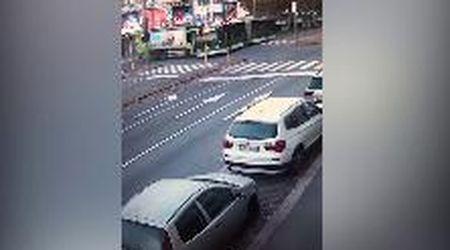 Milano, il momento dell'incidente tra bus e camion rifiuti: il mezzo Atm è passato con il rosso