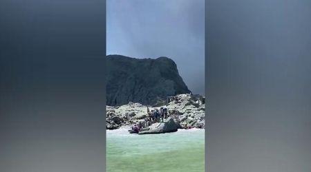 New Zelanda, vulcano in eruzione: la fuga dei turisti