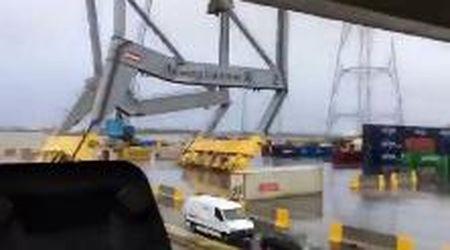 Belgio, il vento è troppo forte: la nave si schianta contro una gru e la fa collassare