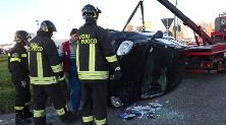 Mortara, auto si ribalta alla rotonda: tre feriti