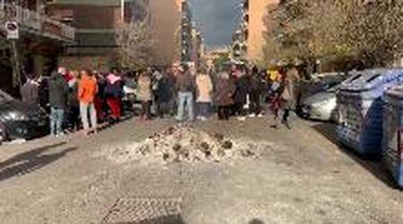 Roma,  riscaldamenti spenti nelle case popolari, abitanti in strada danno fuoco ai cassonetti