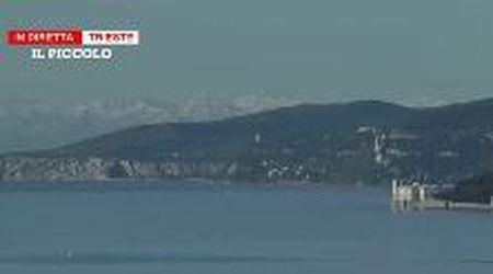 Lo spettacolo delle Alpi imbiancate dietro lo sfondo del golfo di Trieste