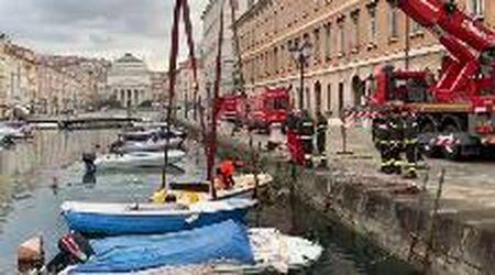 Affonda una barca in Ponterosso: le operazioni di recupero