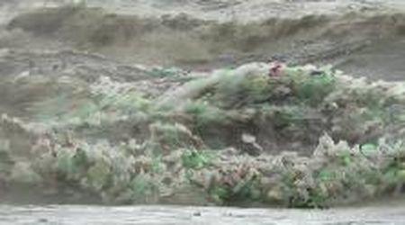 Sudafrica, tonnellate di rifiuti in mare: le onde sono ricoperte da bottiglie di plastica