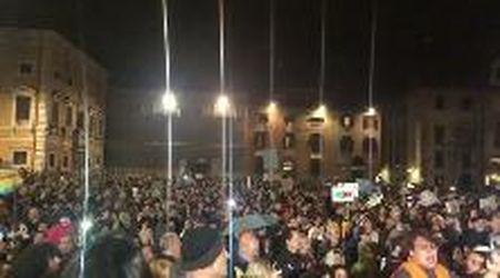 Le Sardine intonano Bella ciao in piazza dei Cavalieri a Pisa