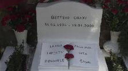 """Hammamet, in centinaia intorno alla tomba di Craxi: fiori, abbracci e l'""""Ave Maria"""""""