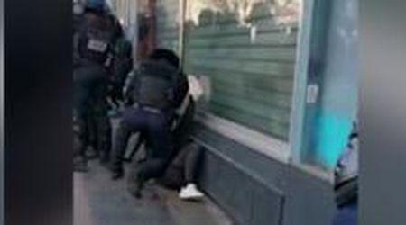 Parigi, poliziotto picchia manifestante insanguinato a terra: aperta indagine